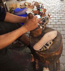 Artisan marocain fabriquant les babouches de luce