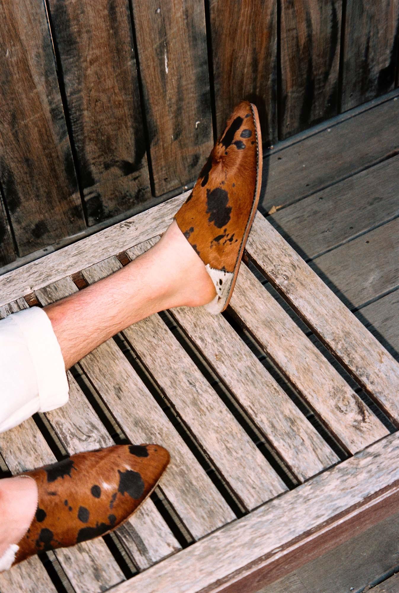 luce fashion des babouches sur la chaise longue