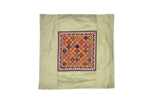 Housses de coussins Banjara en soie pure, brodées à la main, devant