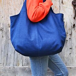Luce's deep blue XXL bag, braided print